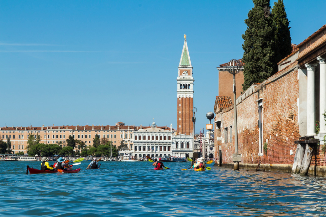 Kayaking tour arrives in Venice